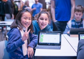 Kinder programmieren am Laptop mit der Initiative Code Your Life