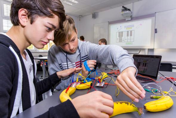 """Boehringer Ingelheim unterstützt das IT-Projekt """"IT2-School - Gemeinsam IT entdecken"""" der Wissensfabrik in der Rochus-Realschule in Bingen"""