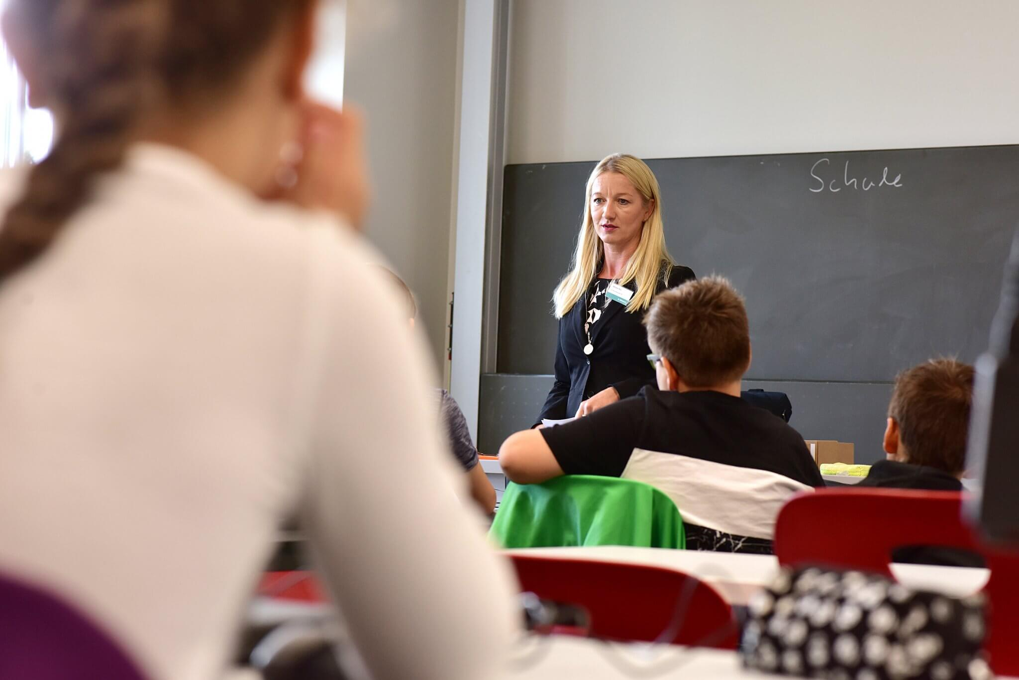 Lehrerin vor einer Schultafel